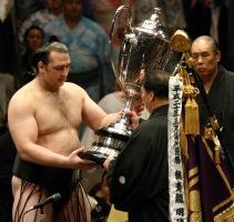 Kotooshu_winning_Emperor's_Cup_2008_May